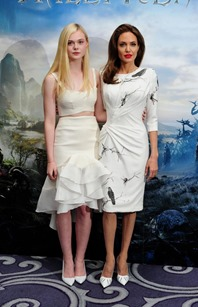 elle-fanning-and-angelina-jolie-at-maleficient-photocall-in-london_2