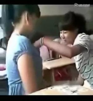 女子中学生二人は教室で激キス - YouTube.mp4 - 00023