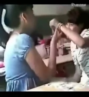 女子中学生二人は教室で激キス - YouTube.mp4 - 00025