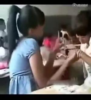 女子中学生二人は教室で激キス - YouTube.mp4 - 00031