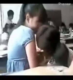 女子中学生二人は教室で激キス - YouTube.mp4 - 00035